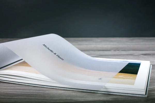 Dodatkowa strona drukowana na papierze pergaminowym jako ekskluzywny dodatek